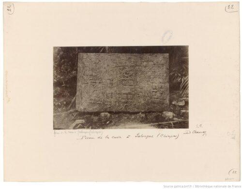 Pierre de la croix à Palenque (Chiapas)